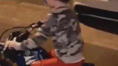 Photo of إصابات بالغة لطفل بسبب تهور والده.. فيديو