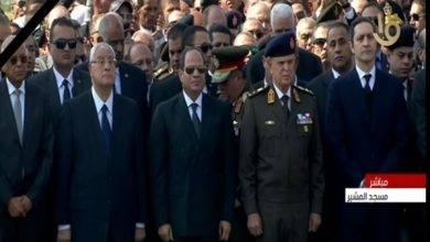 """Photo of الرئيس السيسي يتقدم صفوف مشيعي جنازة """"مبارك"""""""