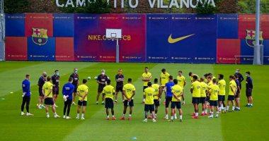 Photo of برشلونة الإسبانى يؤدى مرانه الأول بحضور جميع اللاعبين بالكمامات